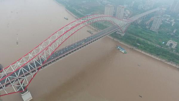 Bild 1 von 3: Die Chaotianmen-Brücke gewährleistet seit 2009 die Überquerung des Flusses Yangtse im chinesischen Chongqing. Als stählerne Bogenbrücke besitzt sie die größte Spannweite weltweit.