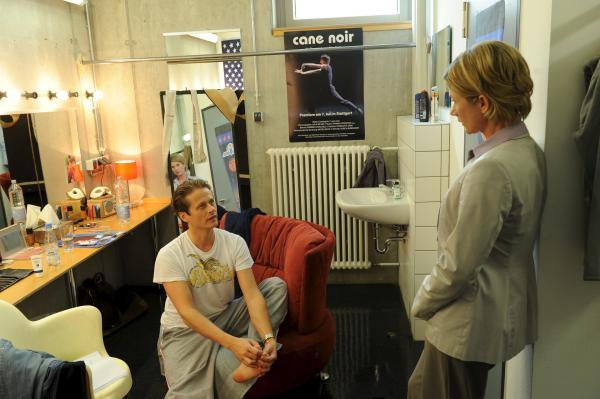 Bild 1 von 15: In der Garderobe des Theaters befragt SOKO-Chefin Martina Seiffert (Astrid M. Fünderich) den Balletttänzer Gregor Dumas (Roman Knizka). Wird er nun die Hauptrolle tanzen?