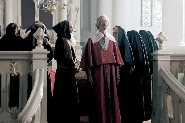 Bild 1 von 6: Kardinal Richelieu (Pierre Aussedat) am Sarg seines verstorbenen Vertrauten Père Joseph