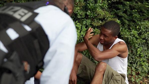 Bild 1 von 5: Der junge Afrikaner Baraka (25) sitzt auf der Straße und weint bitterlich als die Straßencops eintreffen..