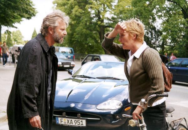 Bild 1 von 8: Der Schriftsteller Tom (Peter Sattmann) hat Anna (Suzanne von Borsody) angefahren.