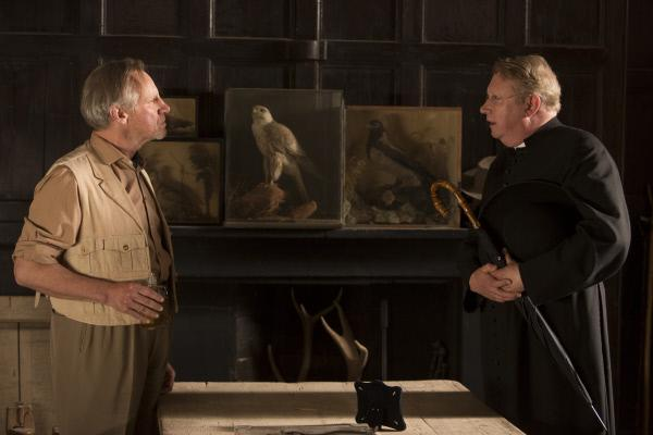 Bild 1 von 7: Father Brown (Mark Williams, r.) befragt Raleigh (Nicholas Farrell, l.) zu Leos leiblicher Mutter.