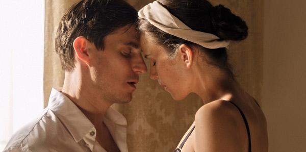 Bild 1 von 12: In einer Suite trifft Antonia (Saralisa Volm) auf den blinden Maler Julius Pass (Clemens Schick), der seine Modelle mit den Händen ertastet.