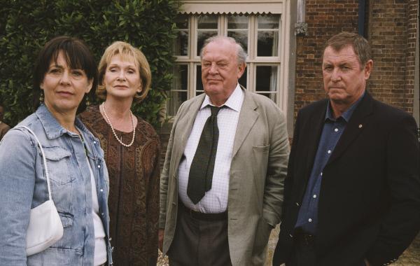 Bild 1 von 7: Beim Gartenfest lässt sich Inspector Barnaby (John Nettles, r.) mit Sir Freddy Butler (Joss Auckland, 2.v.r.) und seinen beiden Ex-Ehefrauen Lady Lucinda (Sheila Ruskin, l.) und Lady Annabelle (Sian Phillips, 2.v.l.) fotografieren.