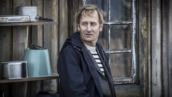 Bild 1 von 7: Anders Harnesk (Gustaf Hammarsten) ist der ermittelnde Staatsanwalt in einem rätselhaften Mord.