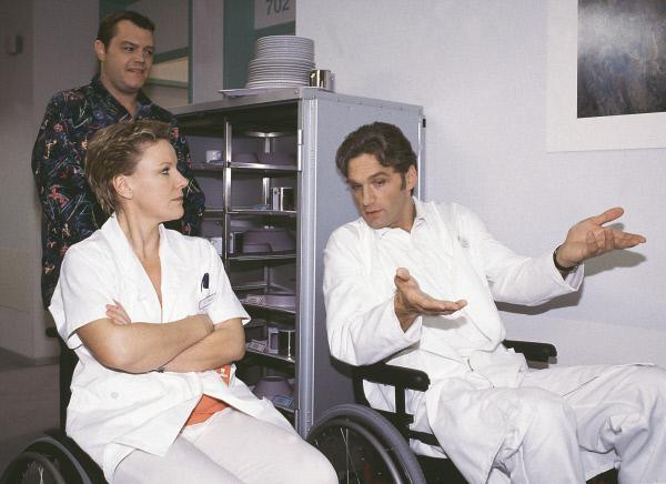 Bild 1 von 10: So parkt man ein! Im Rollstuhl demonstriert Dr. Schmidt (Walter Sittler, r.) Nikola (Mariele Millowitsch), wie's geht! (hinten Oliver Reinhard)