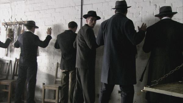 Bild 1 von 3: Nachgestellte Szene des Valentins-Massakers in Chicago am 14.02.1929: Sieben Mafiosi wurden brutal hingerichtet.