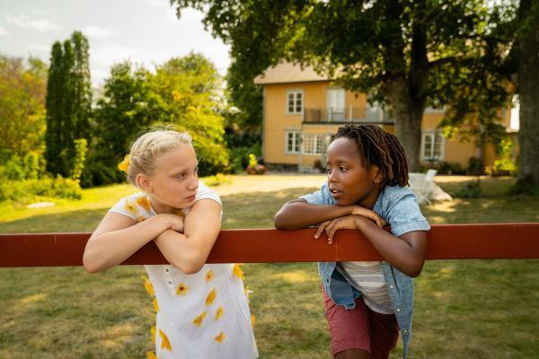 Bild 1 von 15: Tildas Tochter Milla (Helena Zengel, l.) und Lasses Adoptivsohn Sibu (Lithemba Maier, r.) freunden sich schnell an, obwohl Tilda und Lasse Sibu lieber von Milla fernhalten wollen.