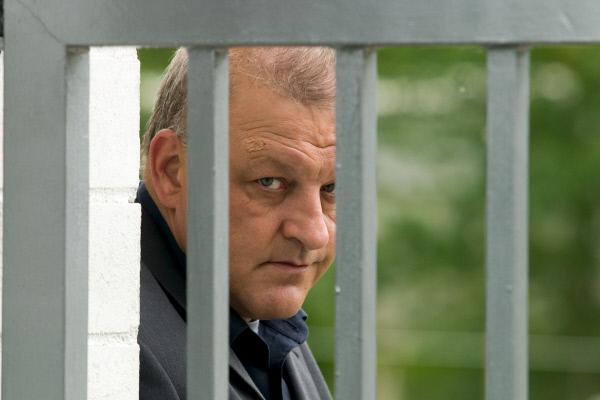 Bild 1 von 11: Wilsberg (Leonard Lansink) beobachtet das Anwesen der Familie Weltenbrink.