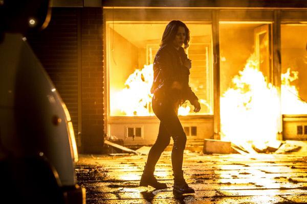 Bild 1 von 3: Dinah Kowalska (Elaine Cassidy) wird Zeugin wie die irische Mafia mit Molotow-Cocktails ein Gebäude in Brand steckt.