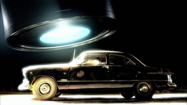Bild 1 von 1: Im Sommer 1969 ist ein Mitglied der von UFOs verfolgten Familie in New Hampshire mit dem Auto unterwegs. Pl�tzlich schwebt mitten �ber der Fahrbahn ein riesiges leuchtendes Flugobjekt, dem er nicht mehr ausweichen kann. (Reenactment)