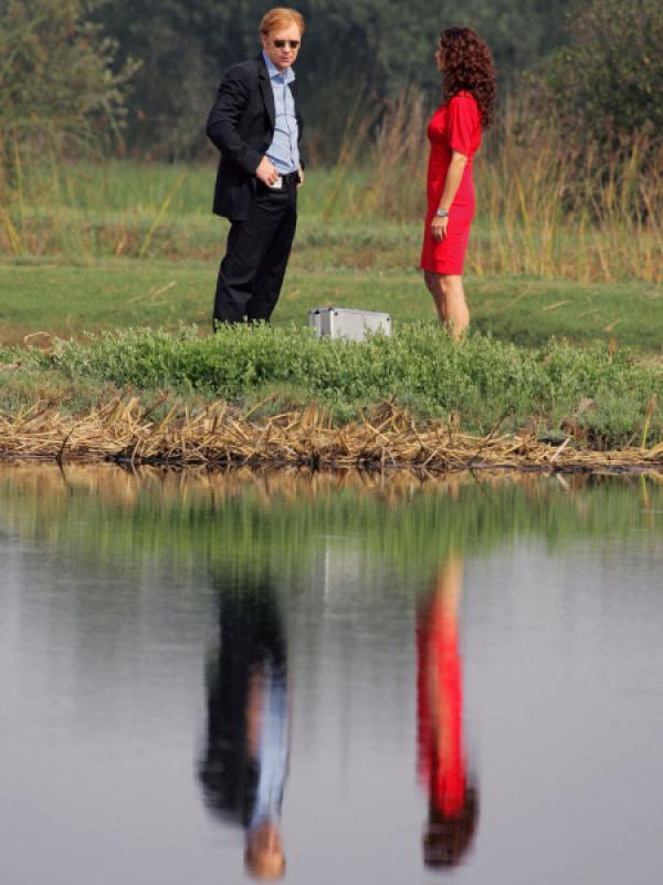 Bild 1 von 13: In den Everglades wurden zwei tote Männer gefunden. Horatio (David Caruso) und Yelina Salas (Sofia Milos) treffen am Tatort ein und sind schockiert über die Brutalität der Morde, die die Handschrift der Russenmafia tragen.