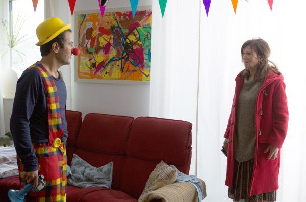 Bild 1 von 6: Aufgeregt stürzt Hanne (Iris Berben) in das Haus von Dr. Hamed (Mohamed Achour) - der gerade für den Geburtstag seines Sohns als Clown verkleidet ist.