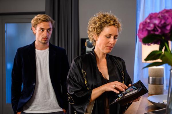Bild 1 von 3: Dr. Helena von Arnstett (Claudia Hiersche) und Lukas Hilpert (Niklas Löffler) haben sich nach der Ohrfeige wieder vertragen, aber zwischen ihnen funkt es gewaltig. Unerwartet taucht er abends bei ihr zu Hause auf.