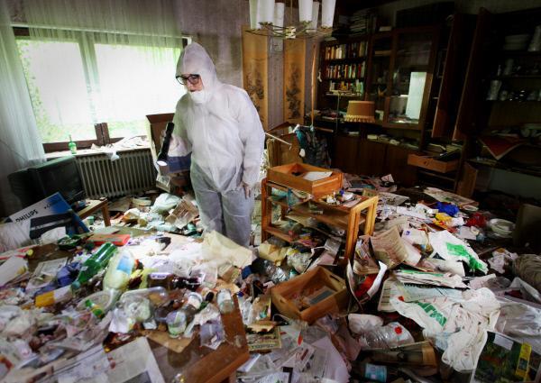 Bild 1 von 4: Dania Jäger sieht in ihrem Job immer wieder Schockierendes. Hier watet sie durch kniehohen Müll in der Hoffnung brauchbare Hinweise zu finden.