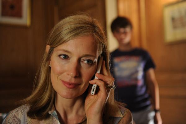 Bild 1 von 7: Dylan (Harry Wood) fragt sich, mit wem seine Mutter (Katja Weitzenböck) heimlich telefoniert.