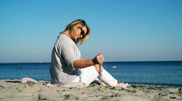 Bild 1 von 3: Jana lebt auf der Insel Rügen, die Diagnose war für die frühere Managerin ein Schock.