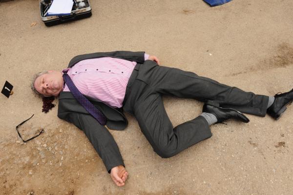 Bild 1 von 15: Der Chef einer Baufirma, Martin Netzer (Anton Jany), wird erschlagen auf einer seiner Baustellen aufgefunden.