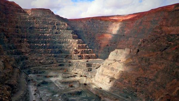 Bild 1 von 3: Um an das wertvolle Edelmetall heran zu kommen, sprengen die Bergleute Stufen in den Fels. Diese werden Strossen genannt.