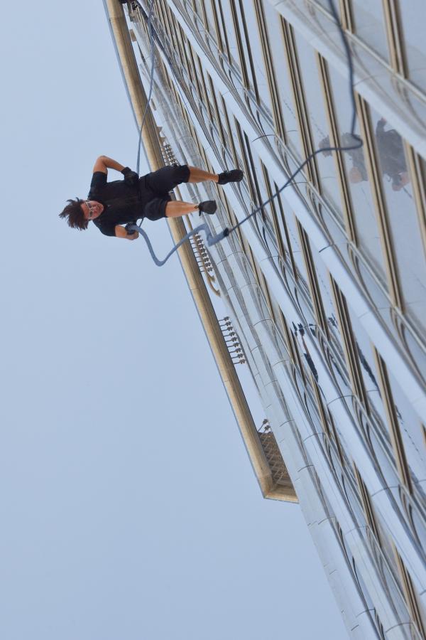 Bild 1 von 3: Ethan Hunt (Tom Cruise) bei einem gewagten Manöver.