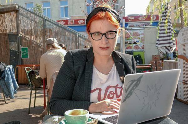 Bild 1 von 3: Die Wiener Politikwissenschaftlerin Natascha Strobl engagiert sich gegen Rechts. Sie wurde im Internet vielfach beleidigt, bedroht und verleumdet.