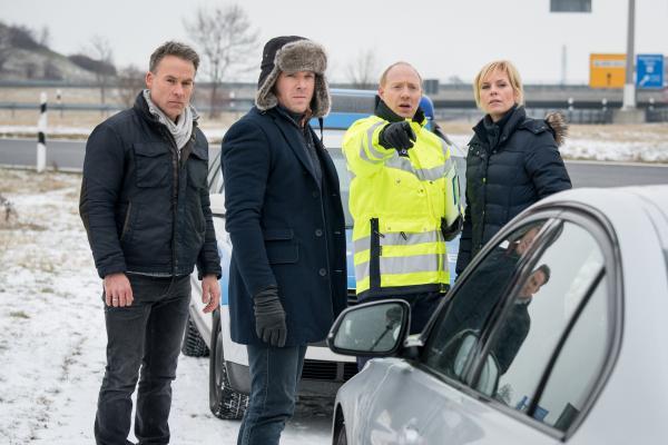 Bild 1 von 10: Jan Maybach (Marco Girnth, l.), Tom Kowalski (Steffen Schroeder, 2.v.l.) und Ina Zimmermann (Melanie Marschke, r.) lassen sich vom Chef der Autobahnpolizei, Frank Gruber (Simon Schwarz, 2.v.r.), den Tatort zeigen.