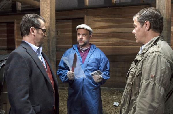 Bild 1 von 7: Lars (Ingo Naujoks, l.), Strahl (Christoph Tomanek, M.) und Finn (Sven Martinek, r.) untersuchen den Tod des Pferdehofbesitzers Alfred Petersen.