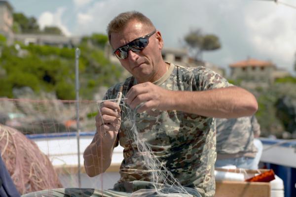 Bild 1 von 5: Der Fischer und Umweltschützer Paolo Fanciulli flickt täglich seine Netze.