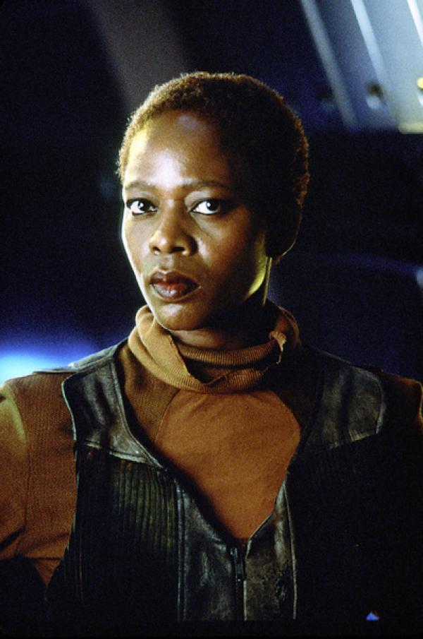 Bild 1 von 4: Chochranes Assistentin Lily (Afre Woodard) traut den Fremden nicht, die auf der Erde gelandet sind.