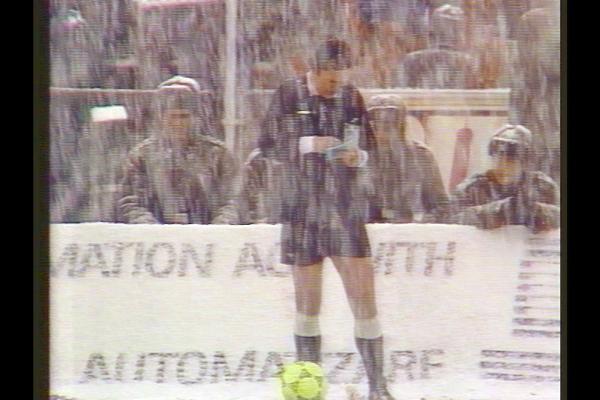 Bild 1 von 3: Adrian Porumboiu, Vater des Regisseurs Corneliu Porumboiu, beaufsichtigt im Schneesturm das Spiel der beiden besten rumänischen Teams.