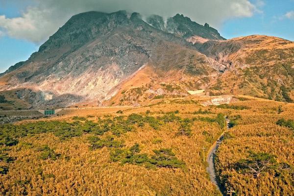 Bild 1 von 6: Das staatliche Wetteramt, das die 110 aktiven Vulkane Japans überwacht, hat den Hausberg Iojimas in die gefährlichste Kategorie eingestuft. Ein Ausbruch scheint jederzeit möglich.