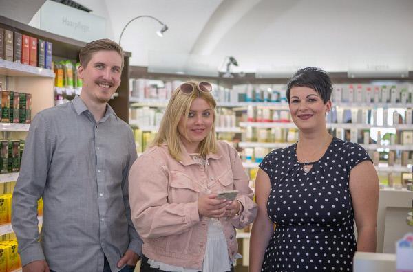 Bild 1 von 4: Influencer Mirko (li.) und Deborah Fikentscher (Mi.) promoten einen Hofer Bio-Laden.