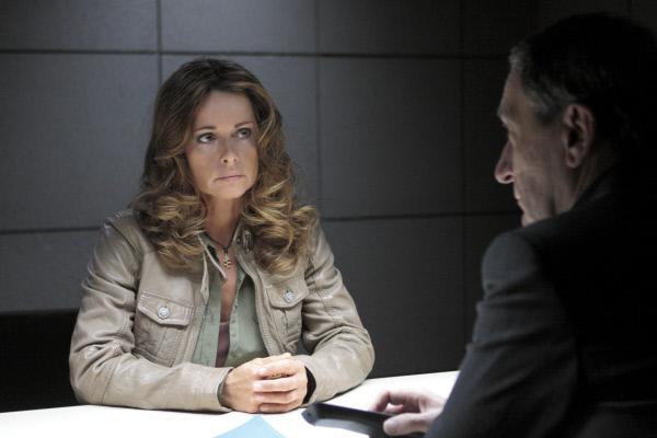 Bild 1 von 1: Amanda Beck (Christina Plate) wird dringend verdächtigt, ihren Ex-Mann, einen einflussreichen Bankier, ermordet zu haben. Kommissar Stolberg (Rudolf Kowalski) liegt die Aussage einer Zeugin vor, die behauptet, die Bauunternehmerin in der Mordnacht am Tatort gesehen zu haben.