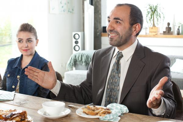 Bild 1 von 2: Erdal Güngör (Adnan Maral) ist bester Laune: Er bekommt einen Sohn und ist stolz auf seine Tochter Ayse (Ava Celik)