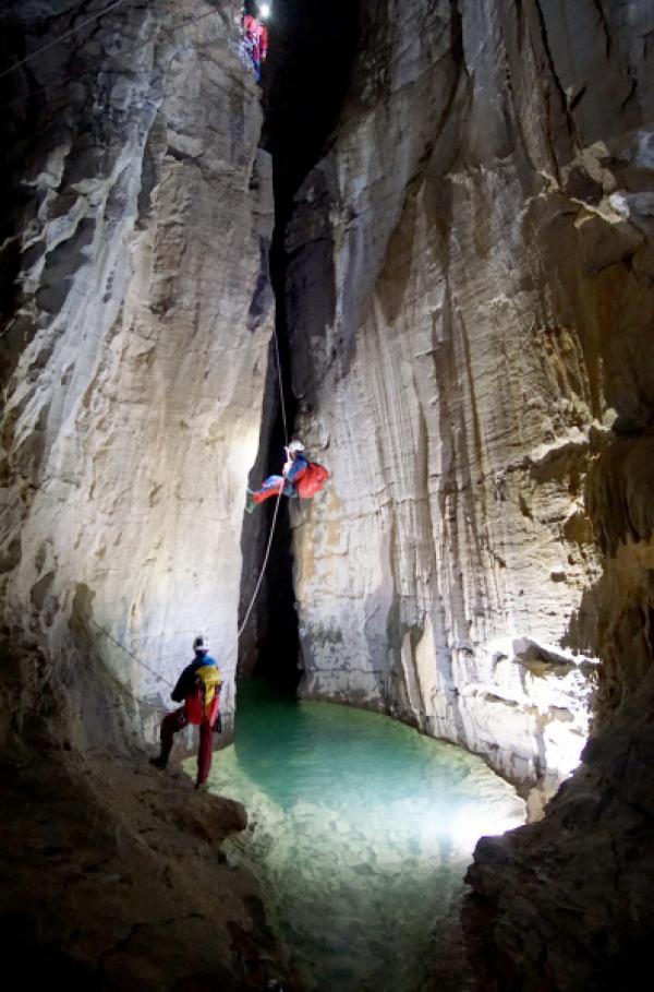 Bild 1 von 3: Um das Hölloch zu durchqueren, müssen die Höhlenspezialisten auch hervorragend klettern und tauchen können.