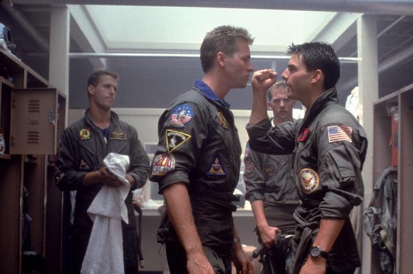 Bild 1 von 10: Die Rivalität zwischen den Kampfpiloten wird immer härter - es kommt zur offenen Konfrontation zwischen Maverick (Tom Cruise, r.) und seinem Dauerkonkurrenten, dem skrupellosen Iceman (Val Kilmer, 2.v.l.) ...