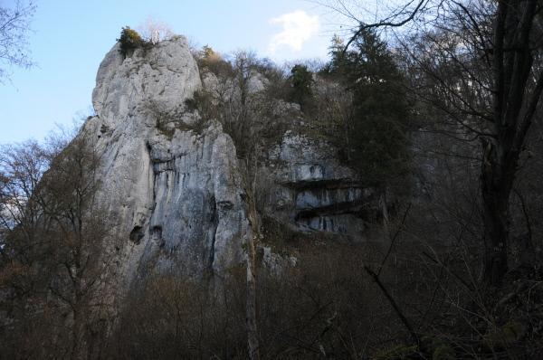 Bild 1 von 7: Die Schellnäcker Wänd. Ein Felsenheiligtum, das noch heute sehr schwierig zu besteigen ist. Von seinem Gipfel wurde in der Bronzezeit geopfert.