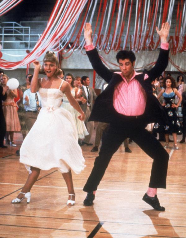 Bild 1 von 9: Im Sommer 1959 trifft der coole Danny Zuko (John Travolta), Anführer der T-Birds, auf die süße und unschuldige Sandy Olsson (Olivia Newton-John) aus Australien. Was als Urlaubsromanze begann, wird bald eine wahrhaftige Liebesgeschichte, als Sandy mit ihrer Familie umzieht und fortan die gleiche Schule wie Danny besucht.