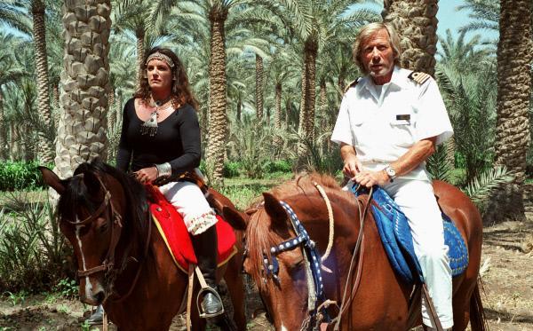 Bild 1 von 14: Kapitän Bernd Jensen (Horst Janson) ist besorgt um seine Cruisedirektorin Marlene (Christine Neubauer), die sich in einen Ägypter verliebt hat.