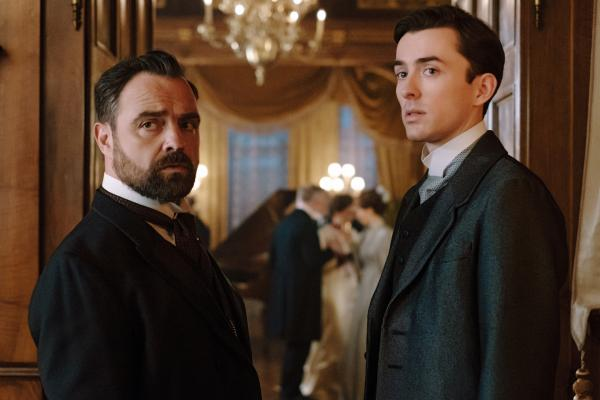 Bild 1 von 11: Oskar (Juergen Maurer, l.) und Max (Matthew Beard, r.) mischen sich unter die Feiernden, um weitere Hinweise zu finden.
