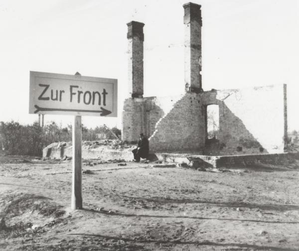 Bild 1 von 1: Momentaufnahme in einer polnischen Stadt nach dem Überfall der Wehrmacht auf das Land im Spätsommer 1939 .