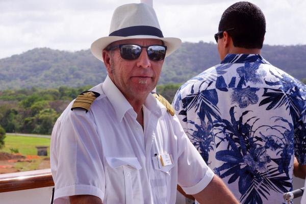 Bild 1 von 8: Kapitän Morten Hansen mit Sonnenbrille und Panamahut bei der Fahrt durch den Panamakanal auf der Nock des Kreuzfahrtschiffs Grand Lady.