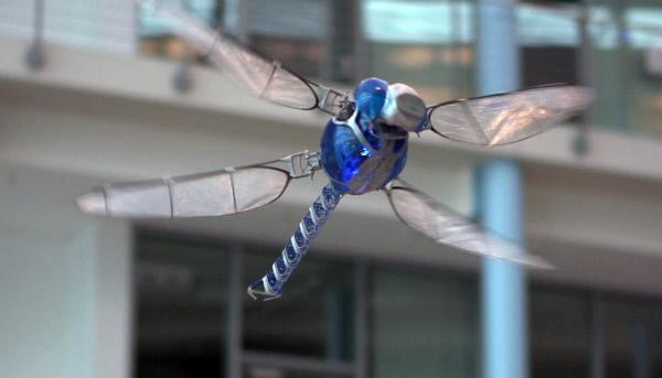 Bild 1 von 2: Spektakuläre Entwicklung: Das Festo-Bionikteam hat mit diesem Roboter die Flugeigenschaften der Libelle nachgeahmt.