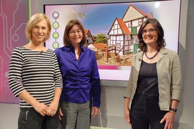 Bild 1 von 3: Moderatorin Birgit Klaus (links) mit den Studiogästen Rita Behr-Martin (Mitte), Bürgermeisterin von Michelbach an der Lücke, die  gegen Leerstand und Verfall kämpft, und Dr. Barbara Malburg-Graf (rechts), Expertin für nachhaltige Raumentwicklung .