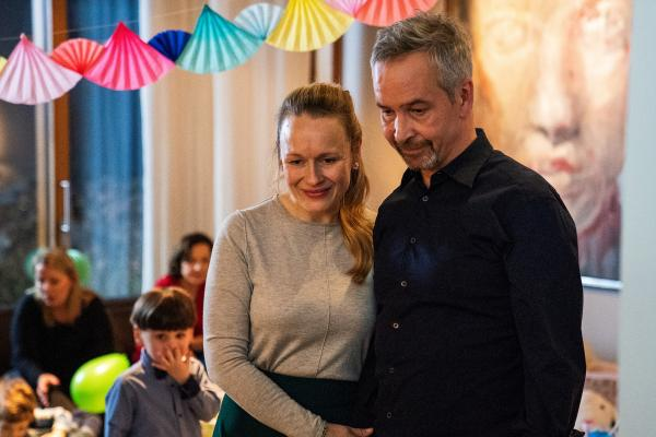 Bild 1 von 12: Tessa (Anja Schneider, l.) und Thomas Steiner (Thomas Dannemann, r.) feiern den Geburtstag ihrer Adoptivtochter Luisa.
