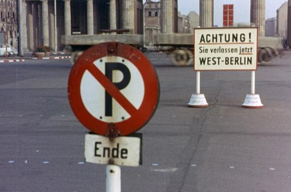 Bild 1 von 2: Das Jahr 1961 - die Mauer wird gebaut. Vor dem Brandenburger Tor.