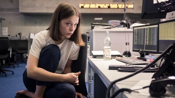 Bild 1 von 3: Jana (Paula Beer) steht unter großem Druck, sie hat Angst zu versagen.