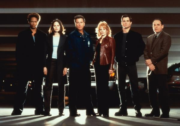 Bild 1 von 2: Gil Grissom (William Petersen, M.l.) und sein starkes Team (v.l.): Warrick (Gary Dourdan), Sara (Jorja Fox), Gil Grissom (William Petersen, Catherine (Marg Helgenberger), Nick (George Eads) und Captain Jim Brass (Paul Guilfoyle).
