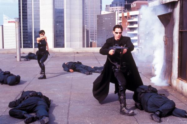 Bild 1 von 23: Allein gegen alle: Auch auf dem Dach werden Neo (Keanu Reeves, r.) und Trinity (Carrie-Anne Moss, l.) von Polizisten erwartet.