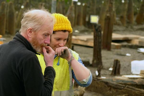 Bild 1 von 5: Grabungsleiter Mark Knight und eine Mitarbeiterin auf der Ausgrabungsstätte Must Farm- nordwestlich von Cambridge